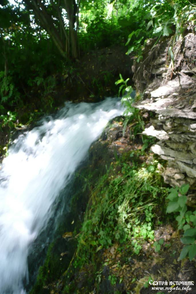 Многие жители области называют этот источник водопадом - вода с