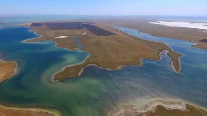 Озеро Большое Яшалтинское между селами Березовское и Соленое